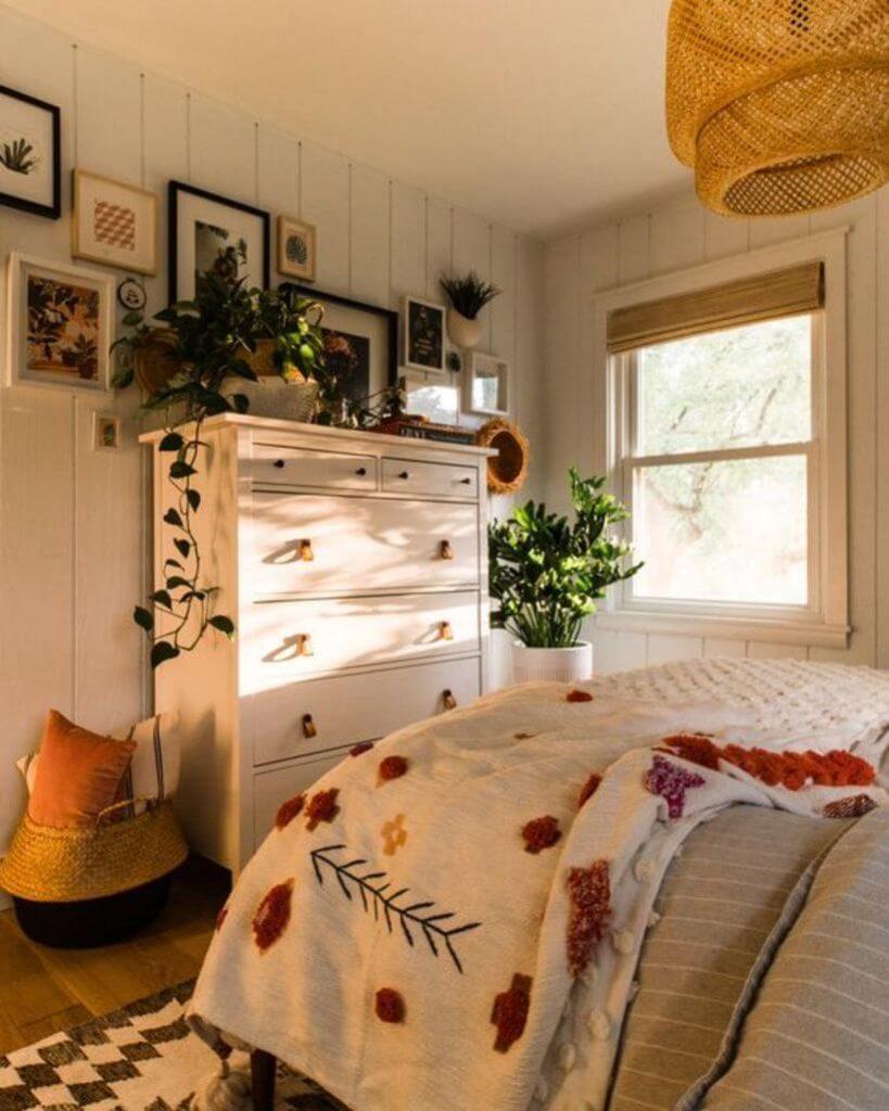 A gente ama: quartos com luzes naturais que criam um ambiente acolhedor e convidativo. Via: pinterest.