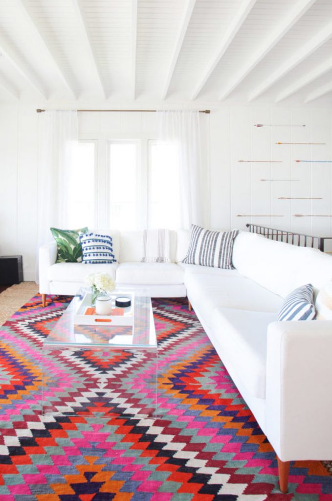 Tapete colorido na sala clean