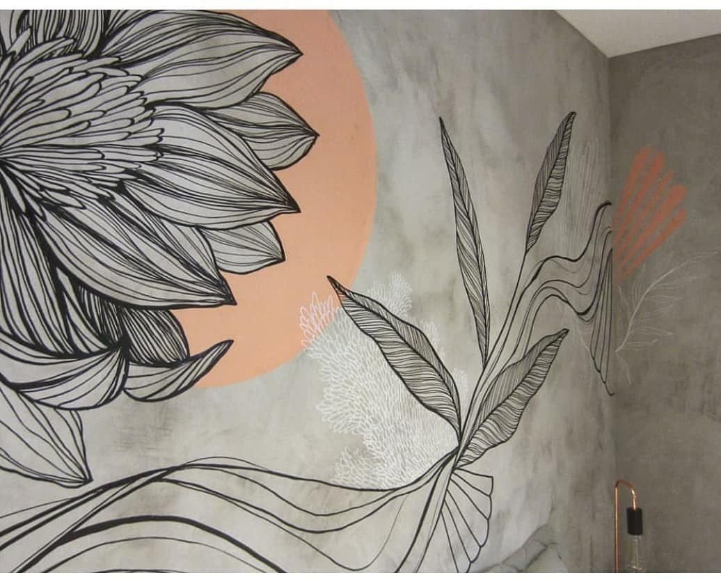 Cimento queimado com desenho floral na parede.