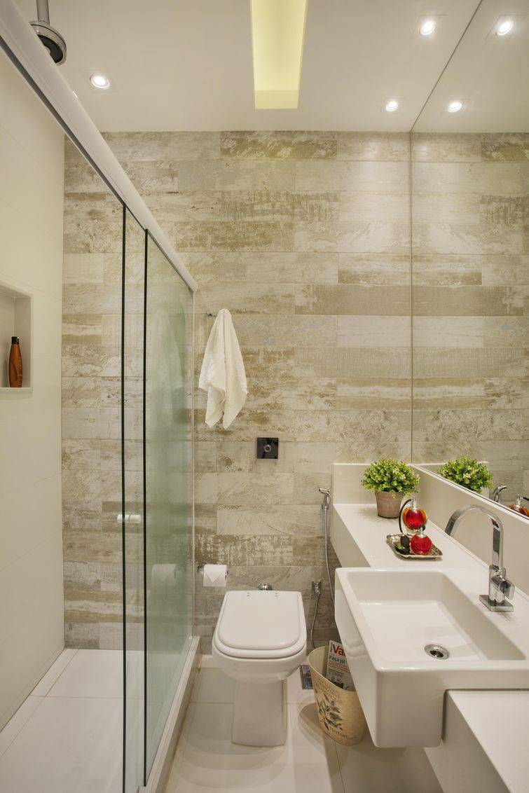 Banheiros pequenos revestidos de cerâmica.
