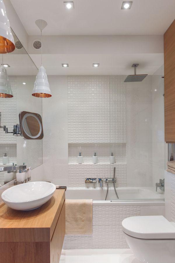 Banheiros decorados com ducha e banheira grande.