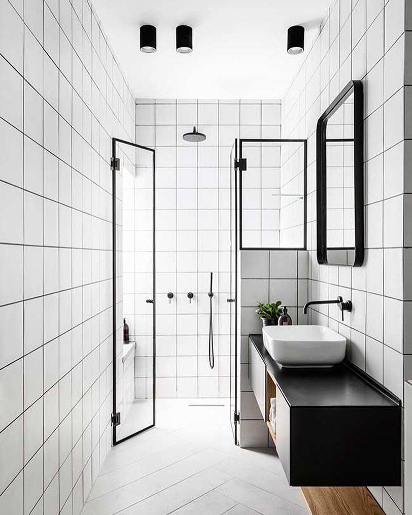 Banheiros pretos decorados.