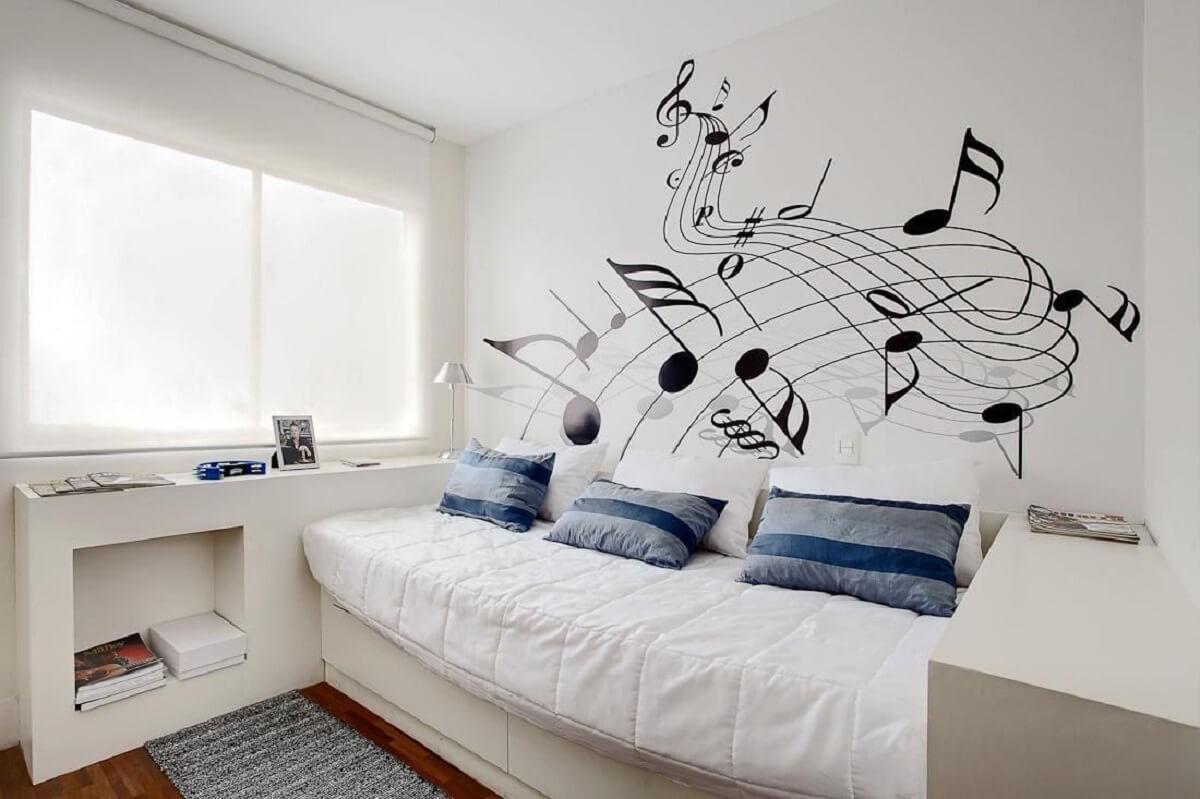 Adesivo de parede de música em ambiente arejado.
