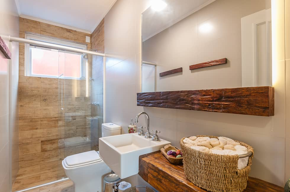 Banheiros pequenos decorados com madeira.