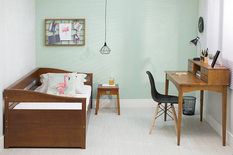 Escrivaninha, sofá-Cama e Banco no Quarto de hóspedes.