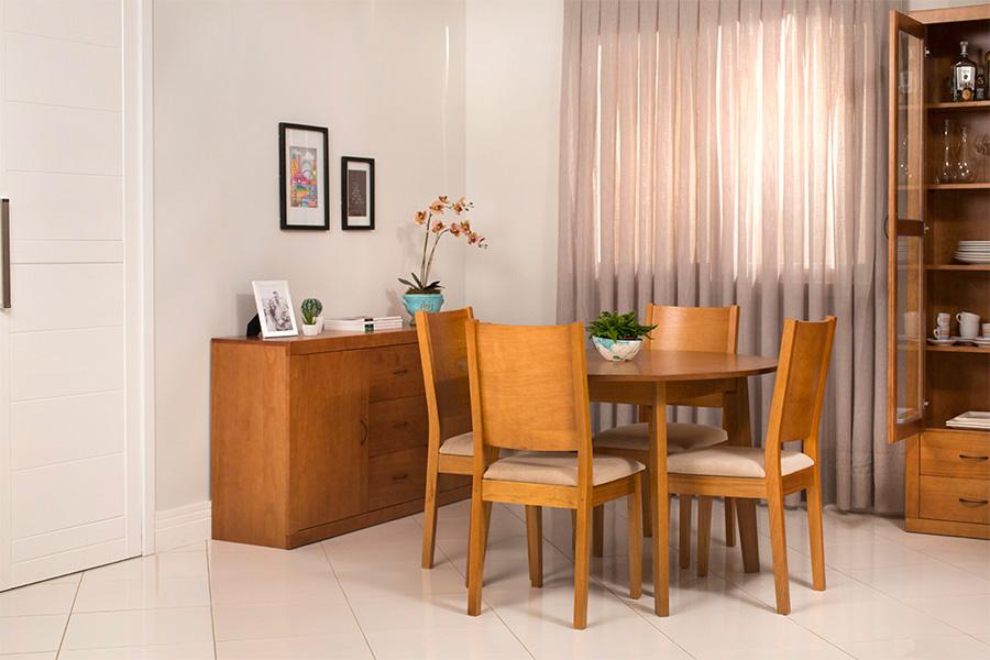 Sala de Jantar Euro, com 4 cadeiras, uma mesa de jantar redonda, um buffet e uma cristaleira.