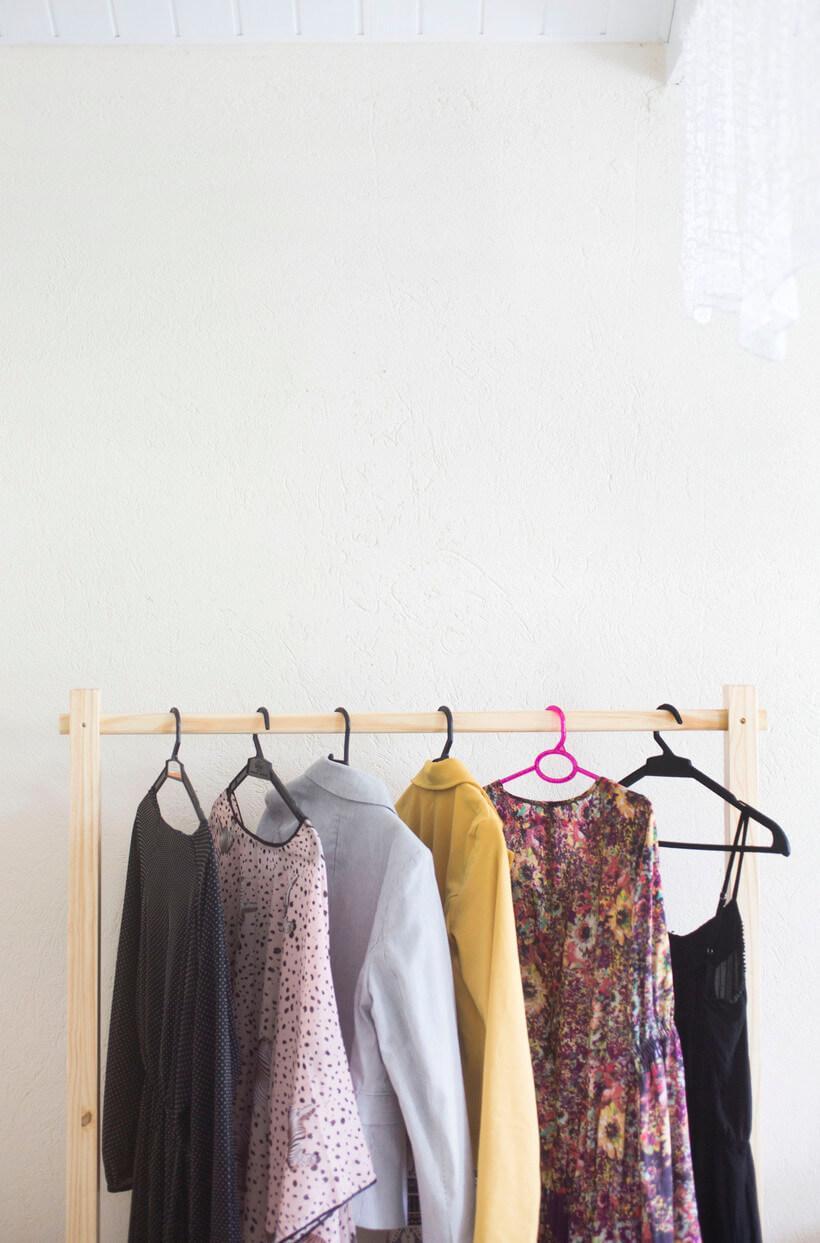 roupas organizadas no cabide
