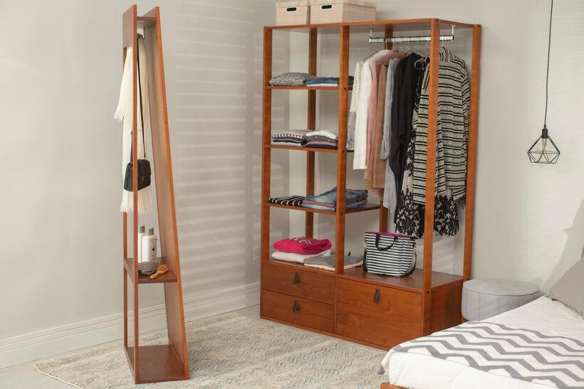 closet pequeno com espelho de chao