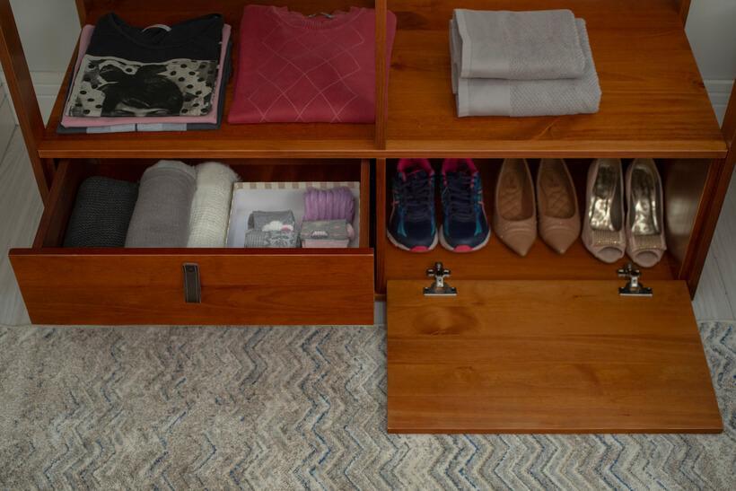 sapatos organizados em closet