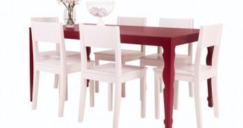Mesa de seis lugares com cadeiras brancas