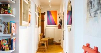 Corredor decorado com quadros e enfeites