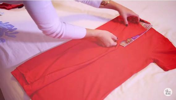 Como dobrar camiseta com revista