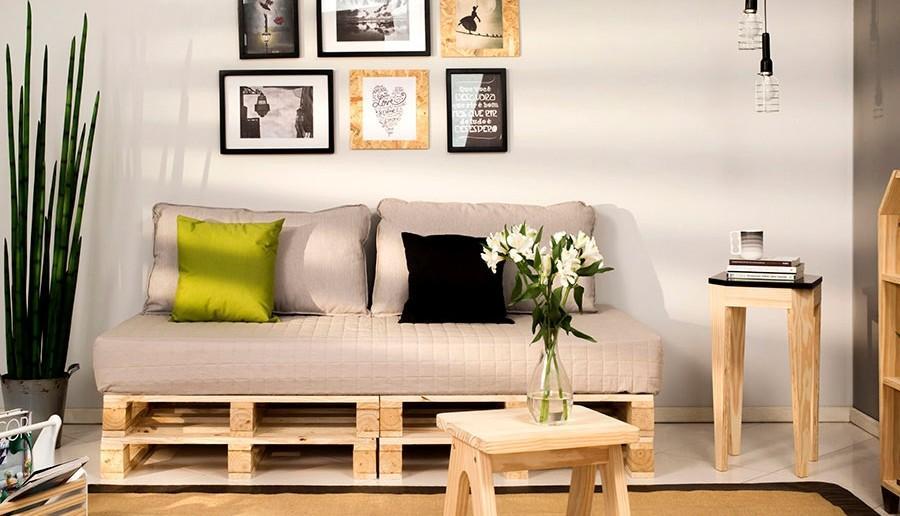 Sala de estar com sofá de pallet