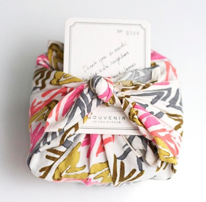 aprenda como fazer uma embalagem de presente com tecido