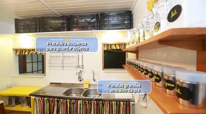 cozinha-pequena-com-prateleiras-funcionais-para-o-dia-a-dia