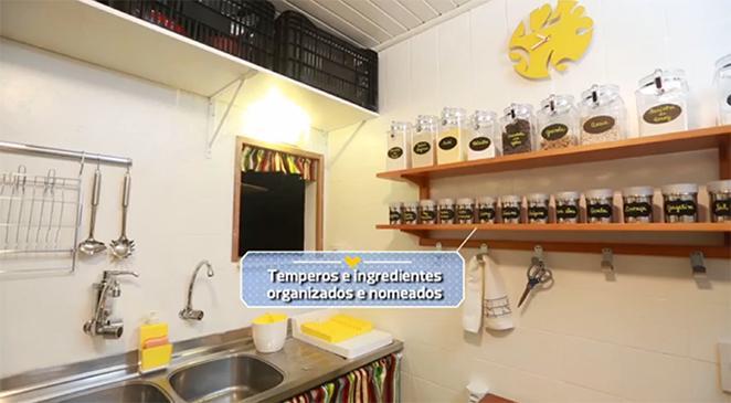 cozinha-pequena-organizada-com-espaço-para-temperos-e-ingredientes