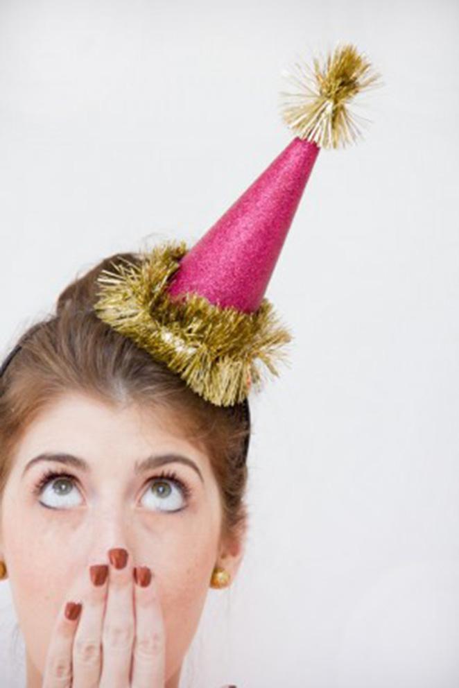 Decoracao de ano novo simples com tiara de cone