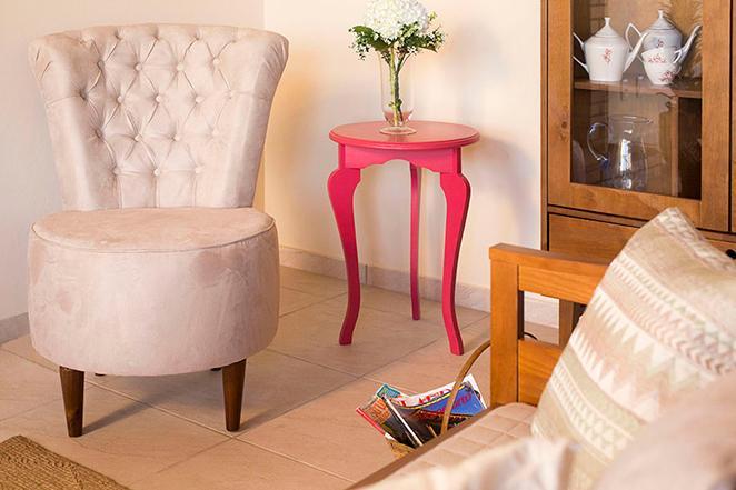 Como organizar a sala de estar com poltronas e mesas laterais