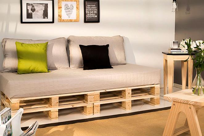 Como organizar a sala de estar com sofas de pallet