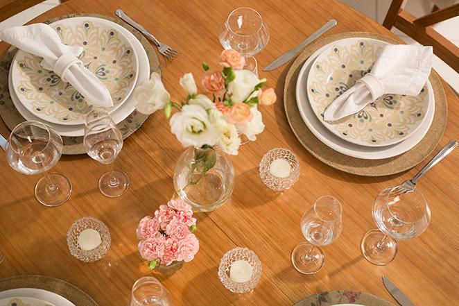 Decoracao simples para mesa de natal com pontos de luz e flores