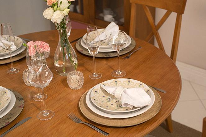 Decoracao simples para mesa de natal com tacas