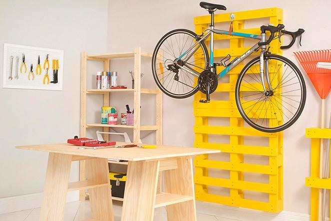 garagem com pallets com espaço para trabalhar e mesa de cavaletes