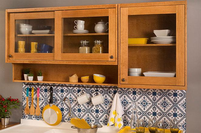 moveis para cozinha com porta de vidro e ganchos