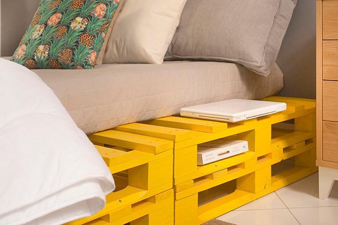 quarto de casal decorado com cama de pallet