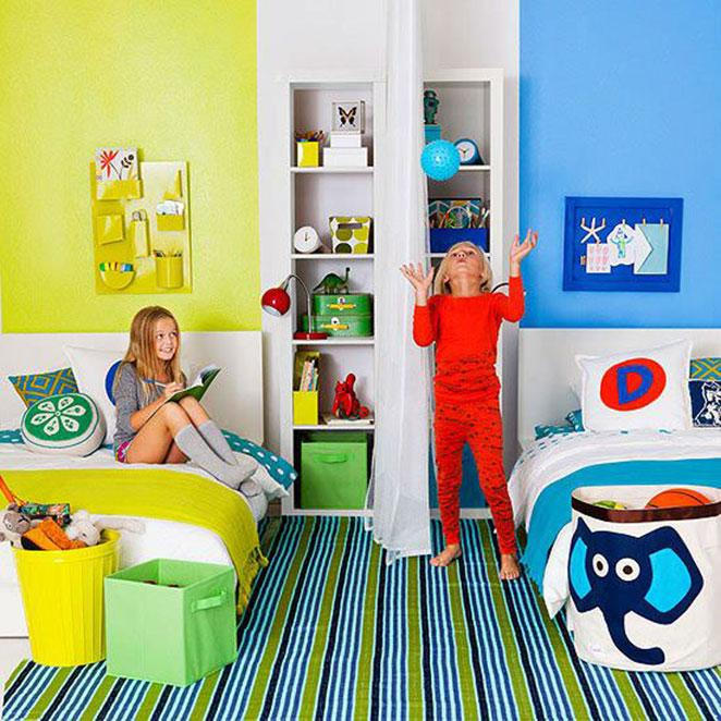 quarto para dois com paredes coloridas