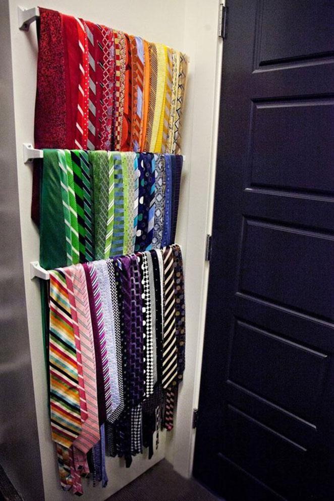 como aproveitar o espaco atras da porta para guardar cintos e gravatas