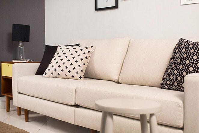 decoracao para sala de estar com sofa de pe palito e almofadas estampadas