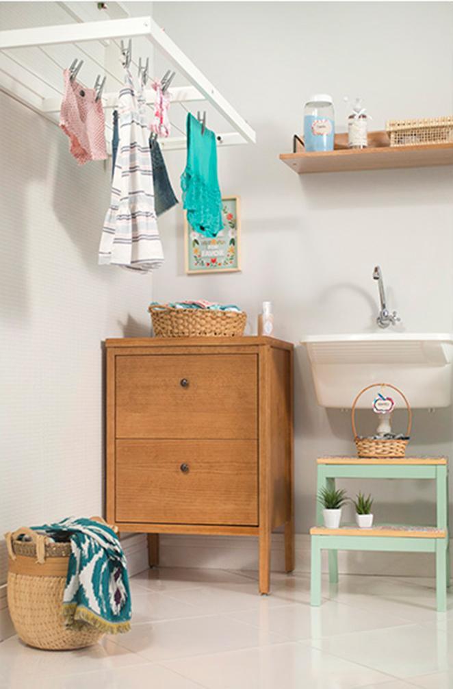 lavanderia pequena e organizada com moveis de madeira