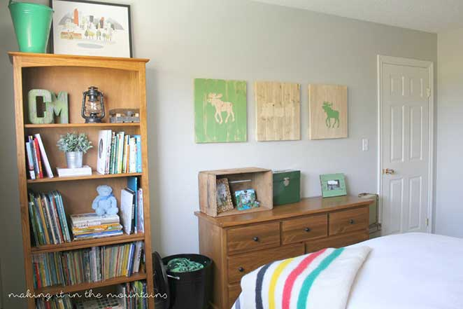 quarto de menino com estante e comoda