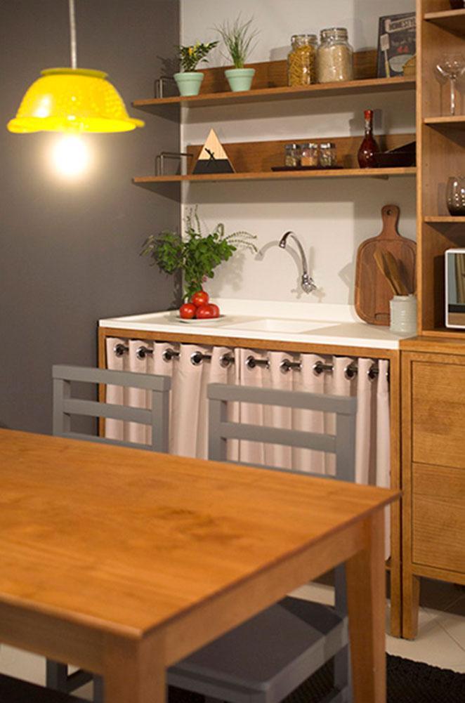 cozinha pequena decorada com mesa e cadeiras