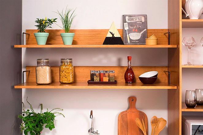 cozinha pequena e decorada com prateleiras