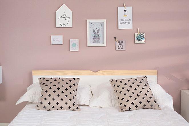 quarto em tom pastel com parede decorada