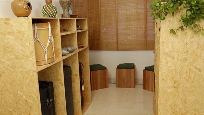 sala integrada com sala de jantar com decoracao musical
