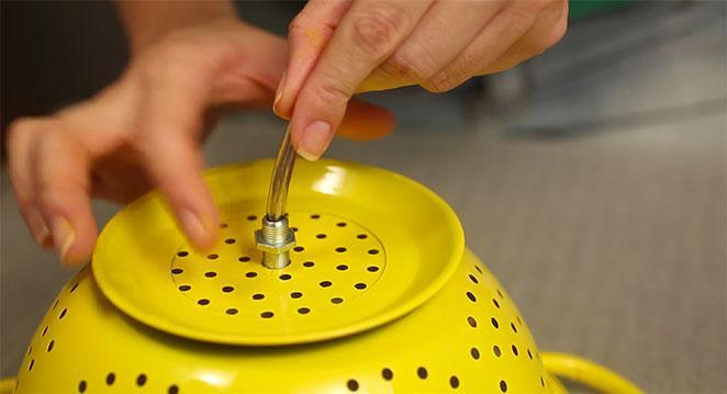 luminaria de escorredor de macarrao instalando o fio eletrico