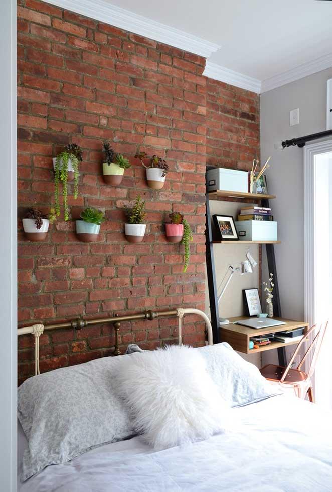 jardim vertical no quarto de um apartamento pequeno decorado
