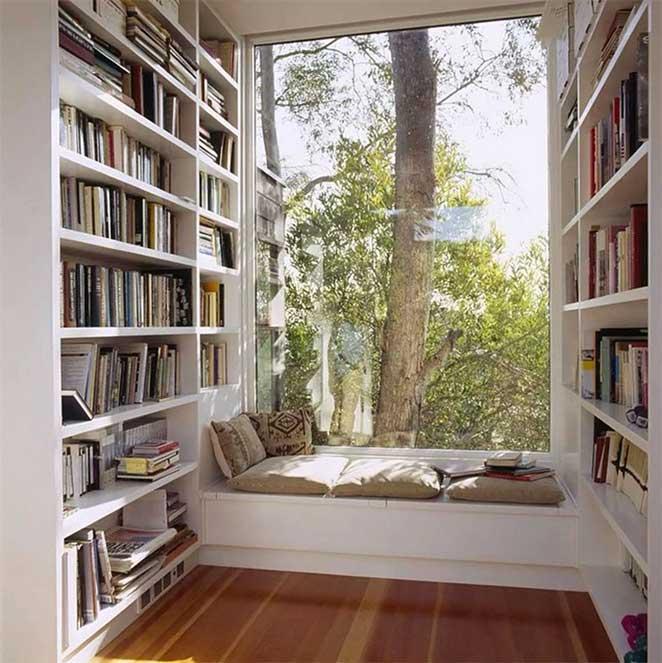 cantinho de leitura no quarto com estantes para os livros