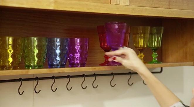 Cozinha-corredor-pequena-louca-copos-e-tacas