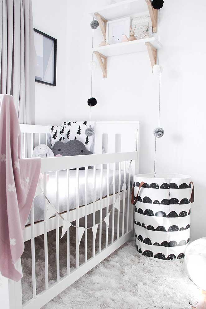 aprenda como decorar um quarto infantil preto e branco com detalhes coloridos
