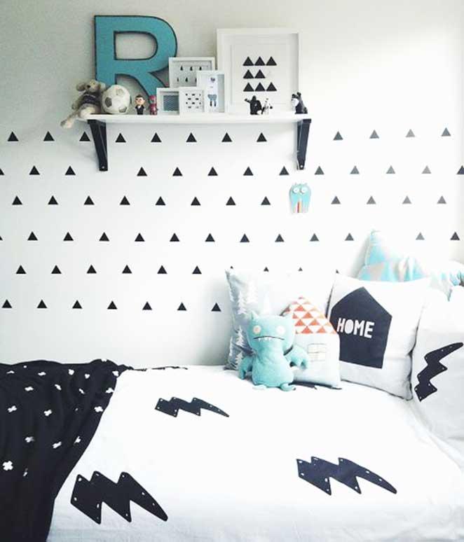 quarto infantil preto e branco com detalhes coloridos