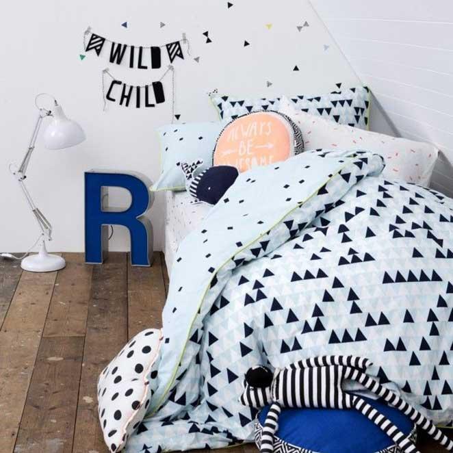 quarto infantil preto e branco com decoracoes coloridas