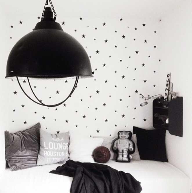 quarto infantil preto e branco para um astronauta