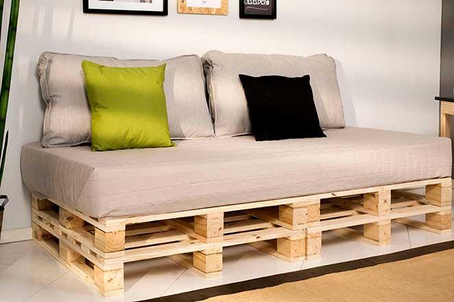 como fazer um sofa de palete de madeira