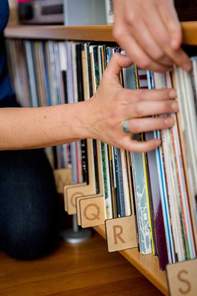 como organizar discos de vinil com divisorias