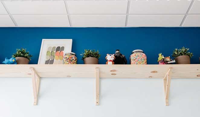 escritorio-pequeno-prateleira-alta-1