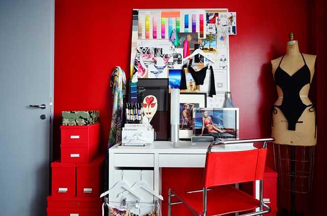 decoracao-cinza-e-vermelho-escritorio