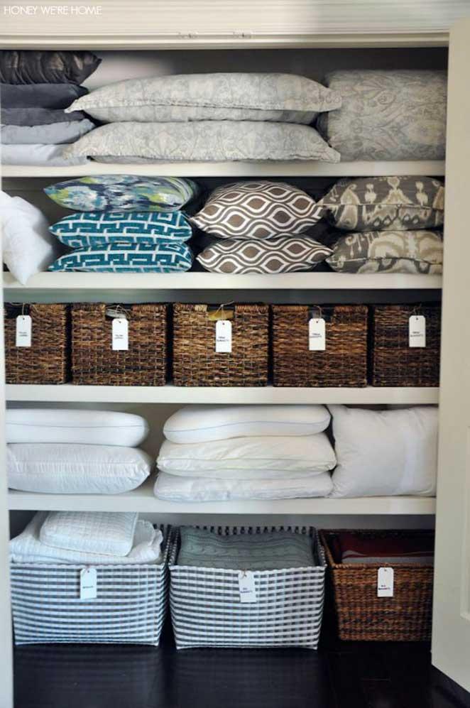quarto-de-hospedes-com-armario-para-roupas-de-cama-e-banho